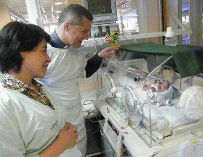 Vicario Familia visita a mamá de quintillizos
