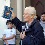 Sacerdote Puga y dirigentes estudiantiles realizaron liturgia en la puerta de la Gratitud Nacional