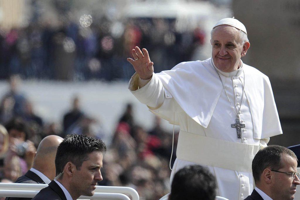"""VAT12 CIUDAD DEL VATICANO 27/03/2013.- El papa Francisco saluda desde el """"papamóvil"""" a su llegada a la Plaza de San Pedro del Vaticano donde presidió la audiencia general de los miércoles hoy, 27 de marzo de 2013. Se trata de la primera audiencia presidida por el pontífice desde su entronización. EFE/Maurizio Brambatti"""