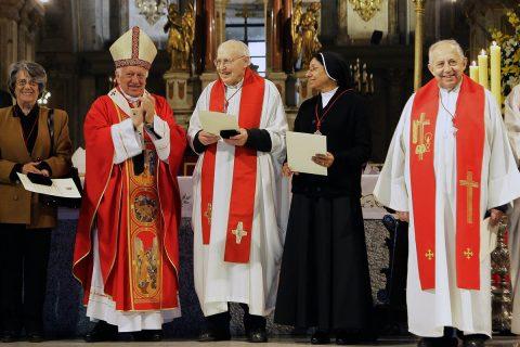 Por su entrega a la Iglesia y a los más necesitados P. Mario Borello y P. José López reciben Cruz del Apóstol Santiago