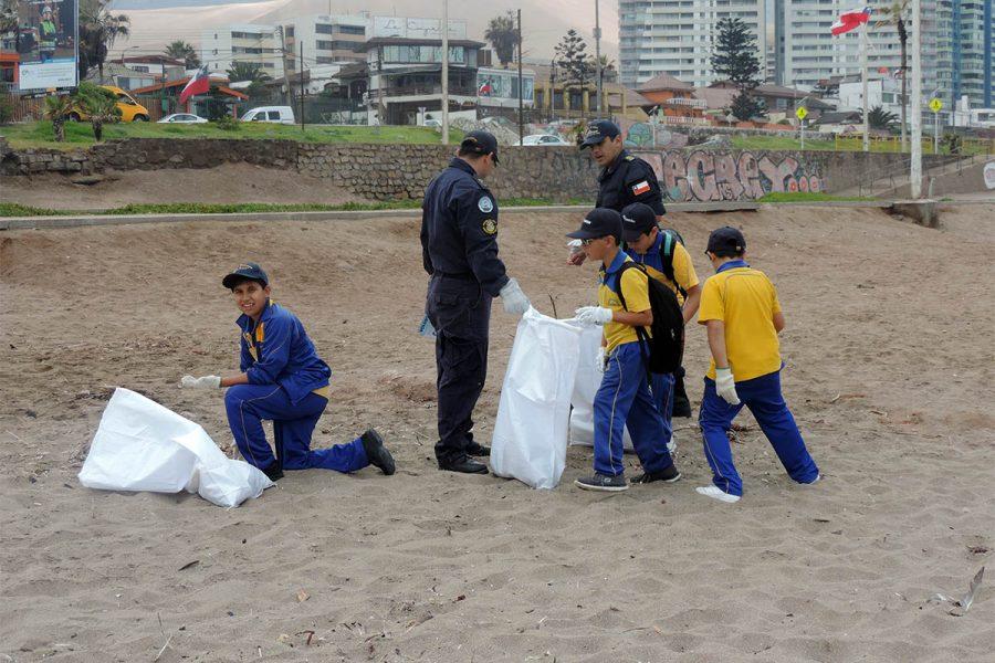 Alumnos del Colegio Don Bosco de Iquique se suman al Día Internacional de Limpieza de Playas