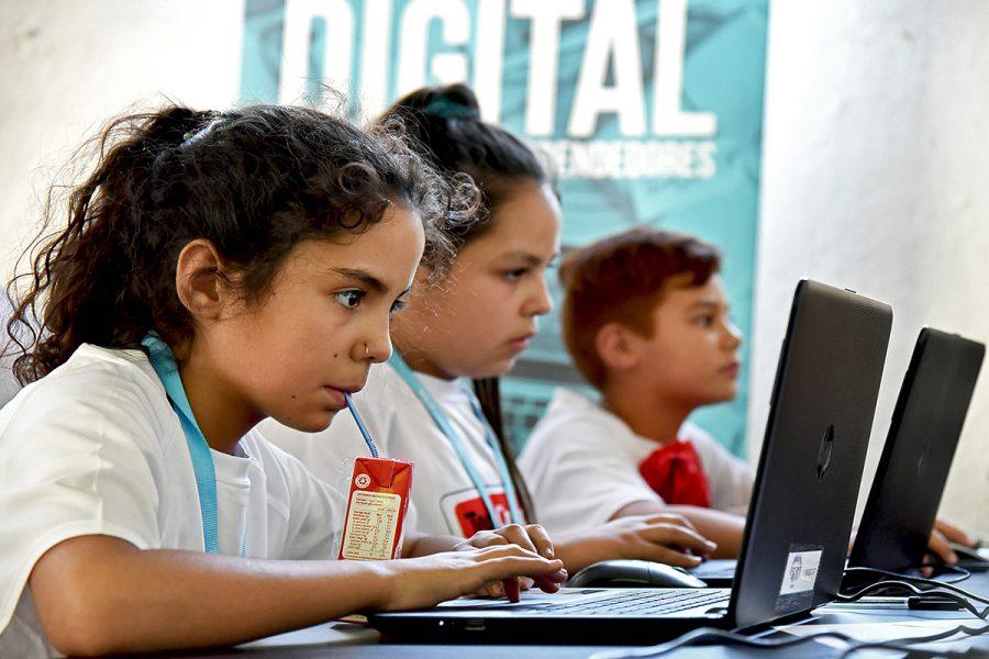 Acercar la tecnología a niños y jóvenes