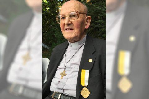 P. Pedro Elías García condecorado por su servicio en la Nunciatura Apostólica
