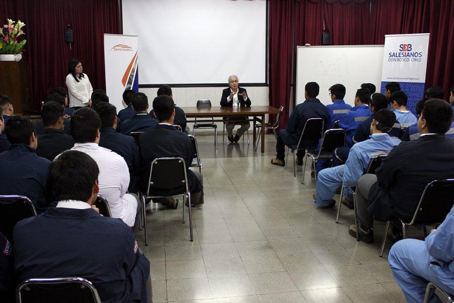 Alto ejecutivo minero comparte experiencia con estudiantes salesianos