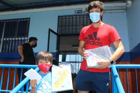 Entrega de textos escolares en colegio Don Bosco Iquique