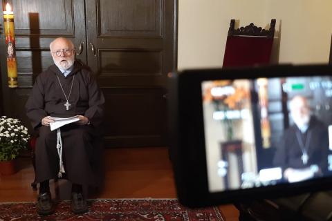 Cardenal Celestino Aós presenta carta dirigida a jóvenes de Santiago