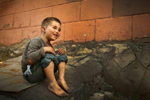 ¡Una prioridad que duele! La predilección por los jóvenes más pobres