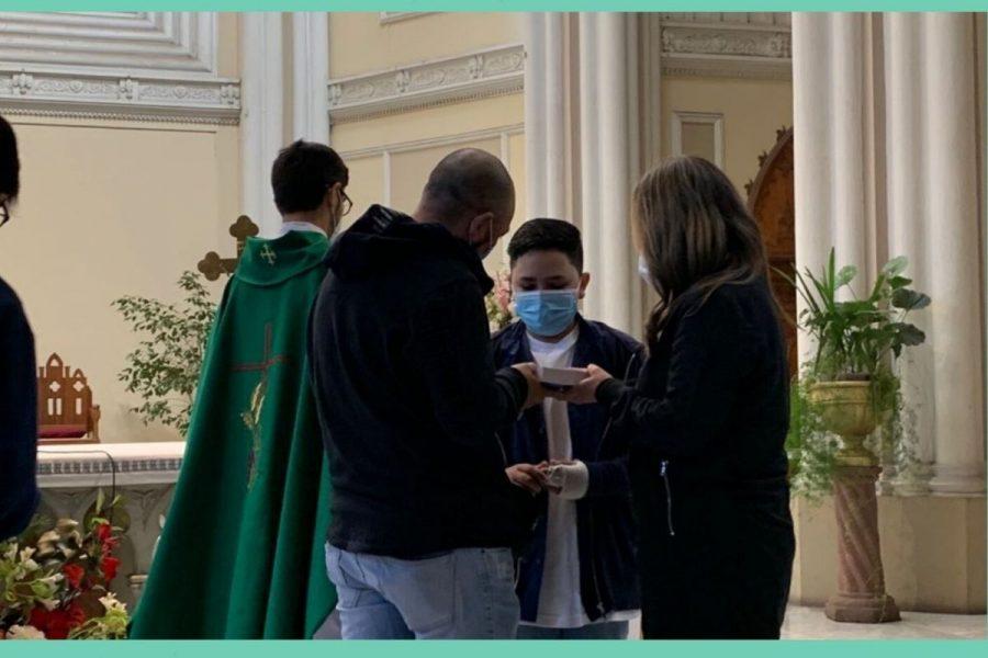Jóvenes reciben su primer Nuevo Testamento